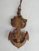 木彫りのイニシャル入りペンダント